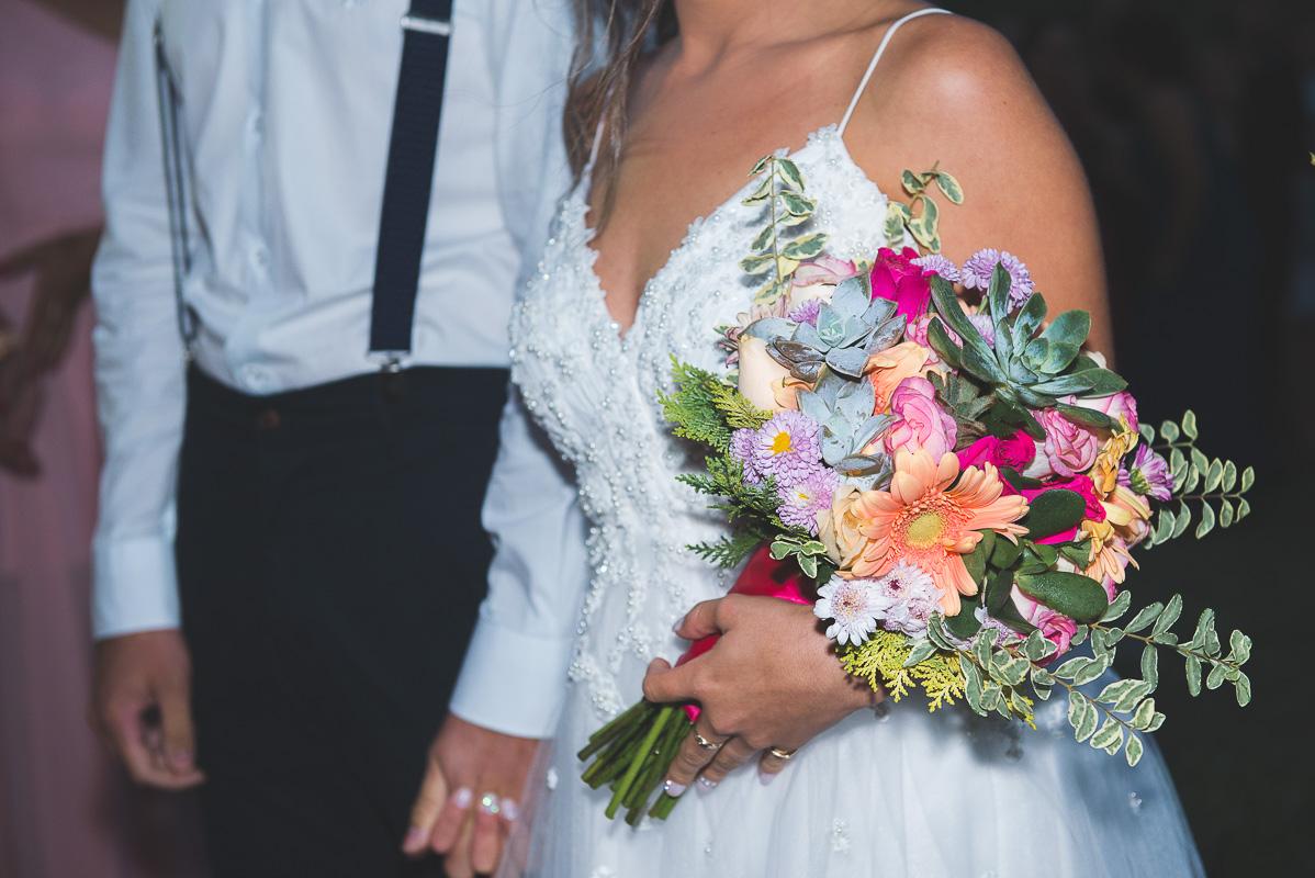 Fotografia em detalhge do buquê da noiva durante a cerimônia de casamento.  Foto por Marco Moscarelli Fotógrafo
