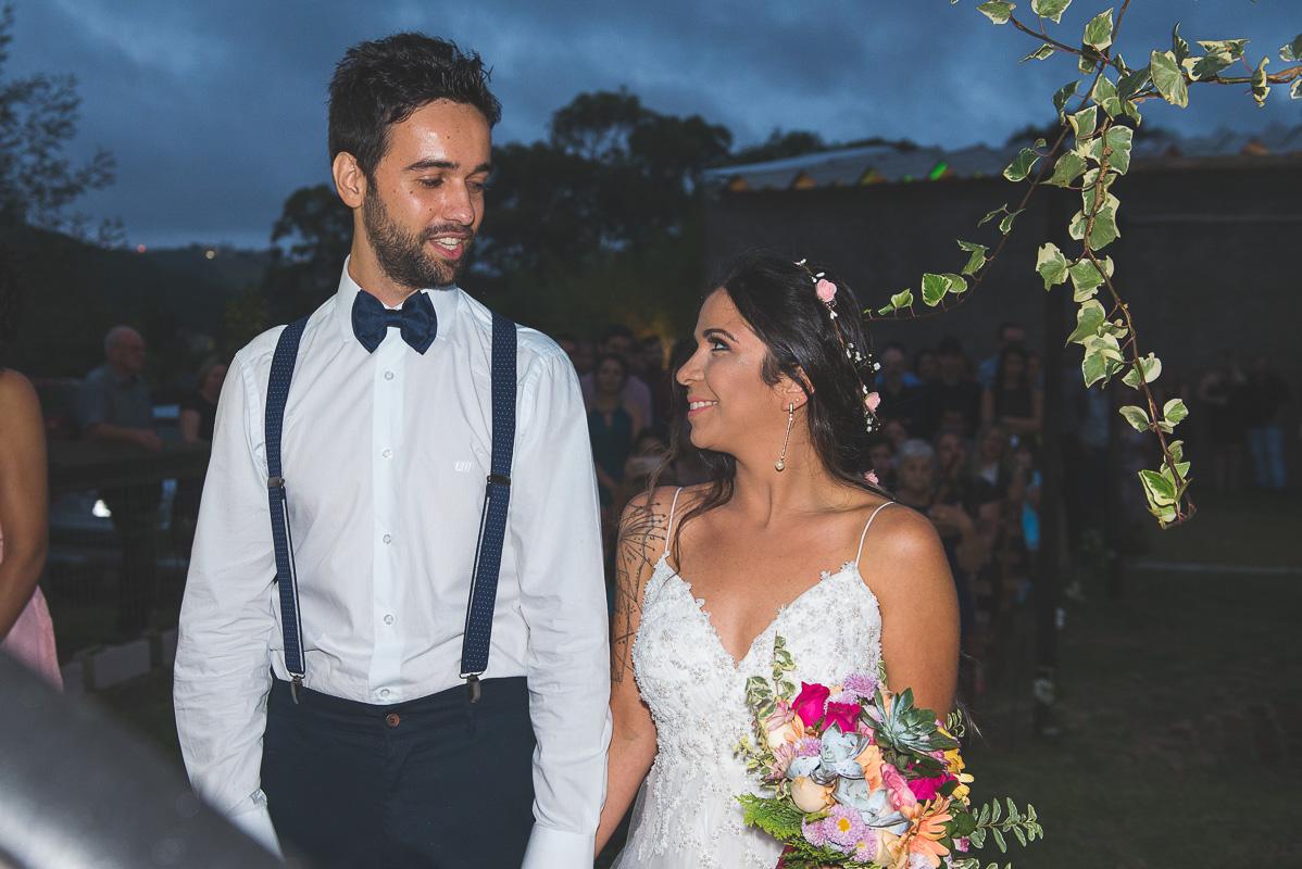 Linda troca de olhares entre o casal de noivos durante a cerimônia de casamento.  Foto por Marco Moscarelli Fotógrafo