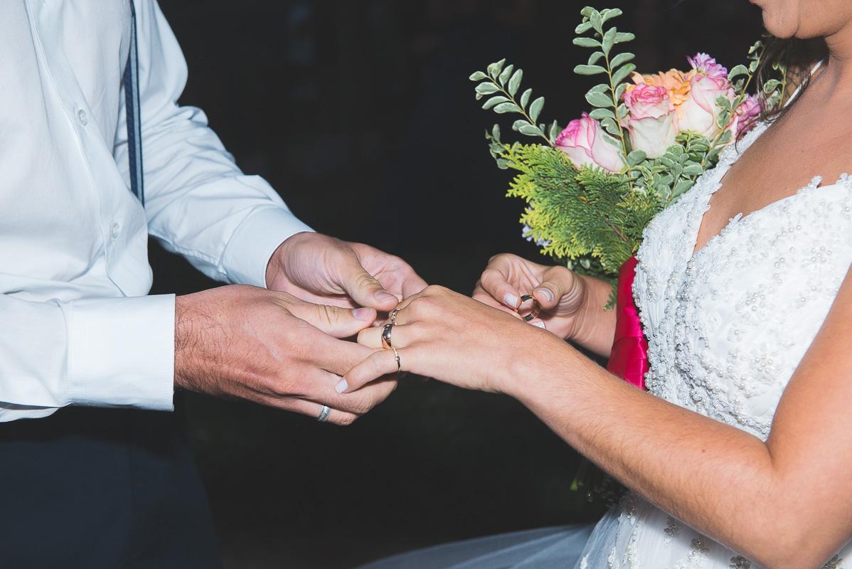 Noivos trocando alianças durante a cerimônia de casamento. Foto por Marco Moscarelli Fotógrafo