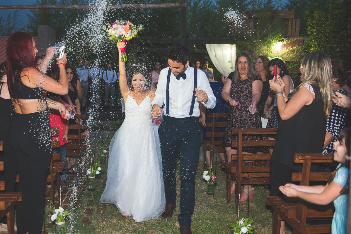 Saida dos noivos após a cerimônia com muita chuva de arroz. Noivos trocando alianças durante a cerimônia de casamento. Foto por Marco Moscarelli Fotógrafo