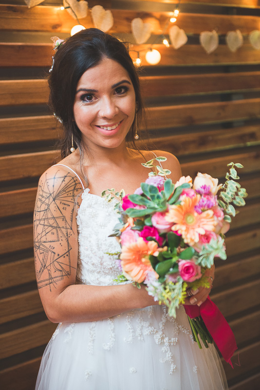Lindo retrato da noiva com o seu buquê após a cerimonia de casamento. Noivos trocando alianças durante a cerimônia de casamento. Foto por Marco Moscarelli Fotógrafo
