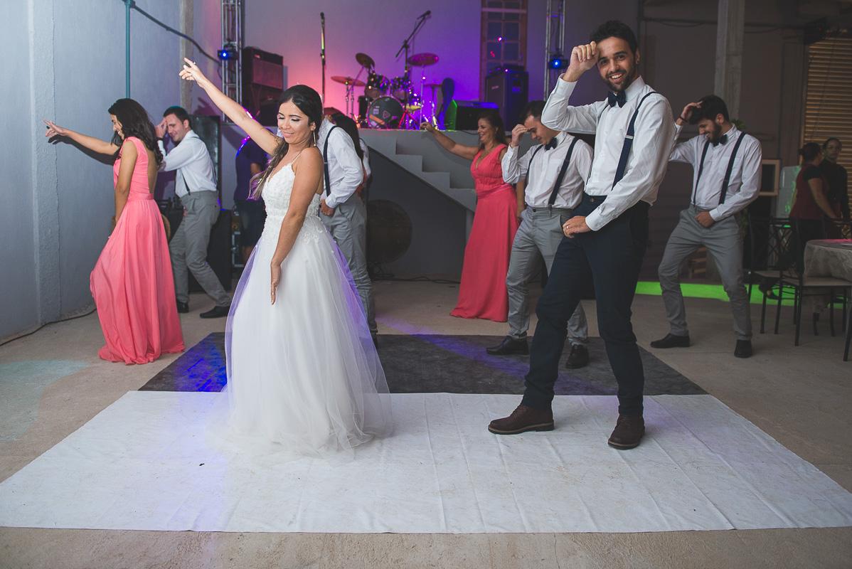 Dança dos noivos abrindo a pista d edança na recepção após a cerimônia de casamento. Foto por Marco Moscarelli Fotógrafo