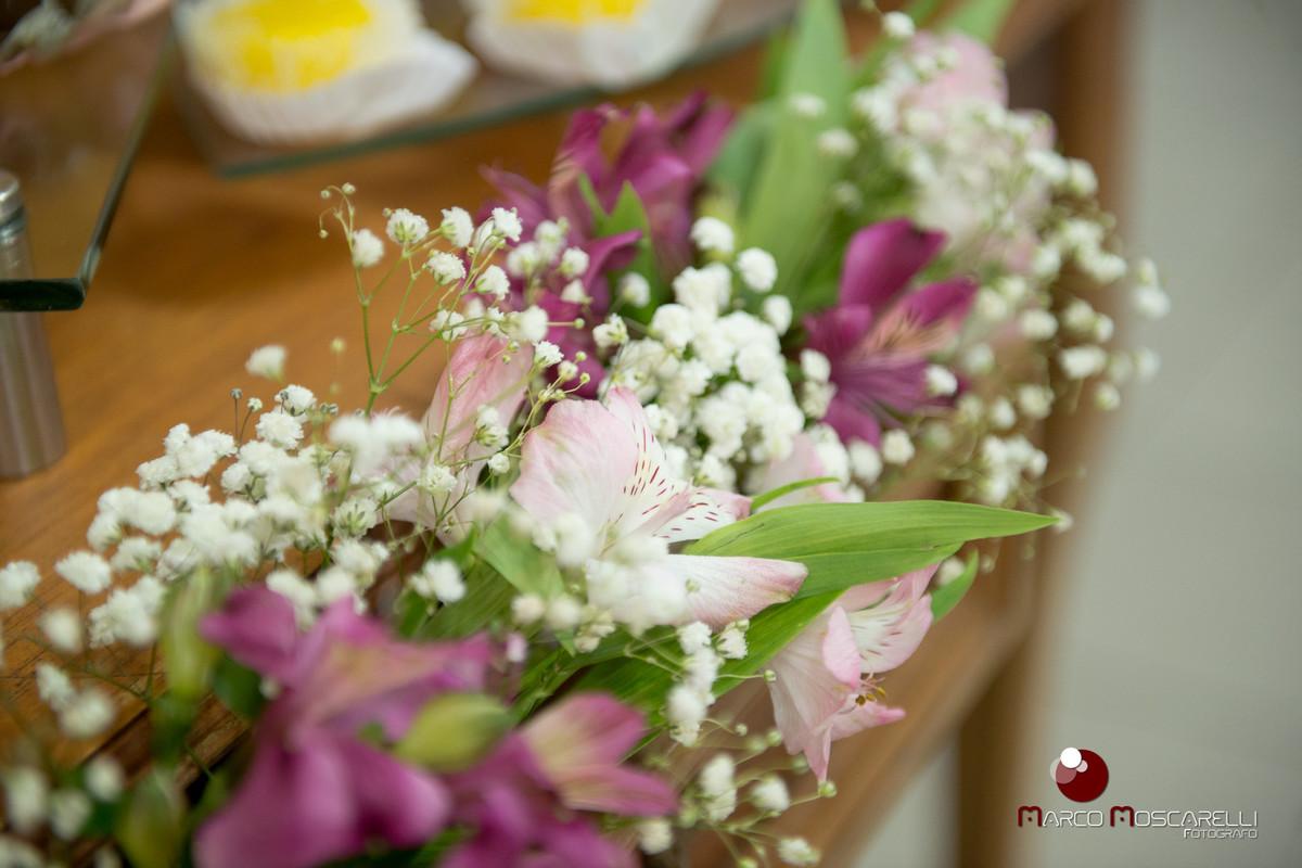Flores que compoem a decoração da mesa da recepção de formatura