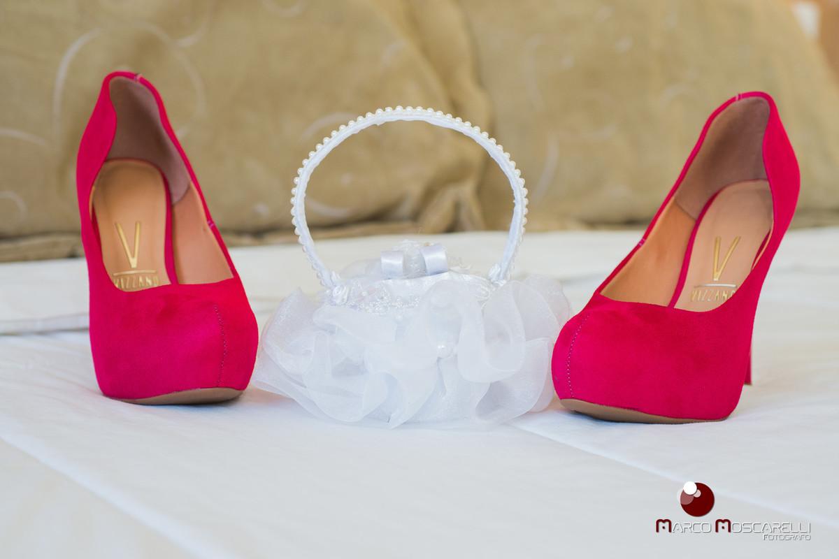 Detalhe do sapato da noiva e cestinho de alianças. Foto por Marco Moscarelli