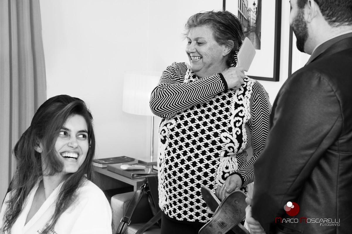 Making of da noiva. Sorrisos alegres da noiva e sua mãe em momentos antes do casamento. Foto por Marco Moscarelli