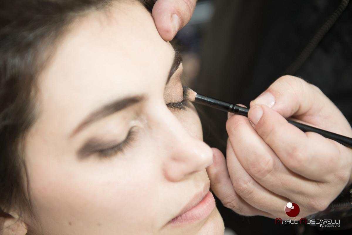 Detalhe do Making of da noiva, maquiador preparando olho esquerdo da noiva para a maquiagem.