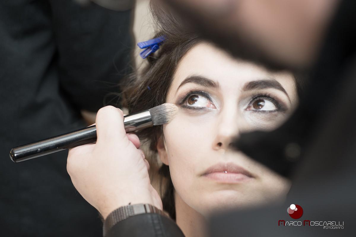 Retoque na maquiagem da noiva