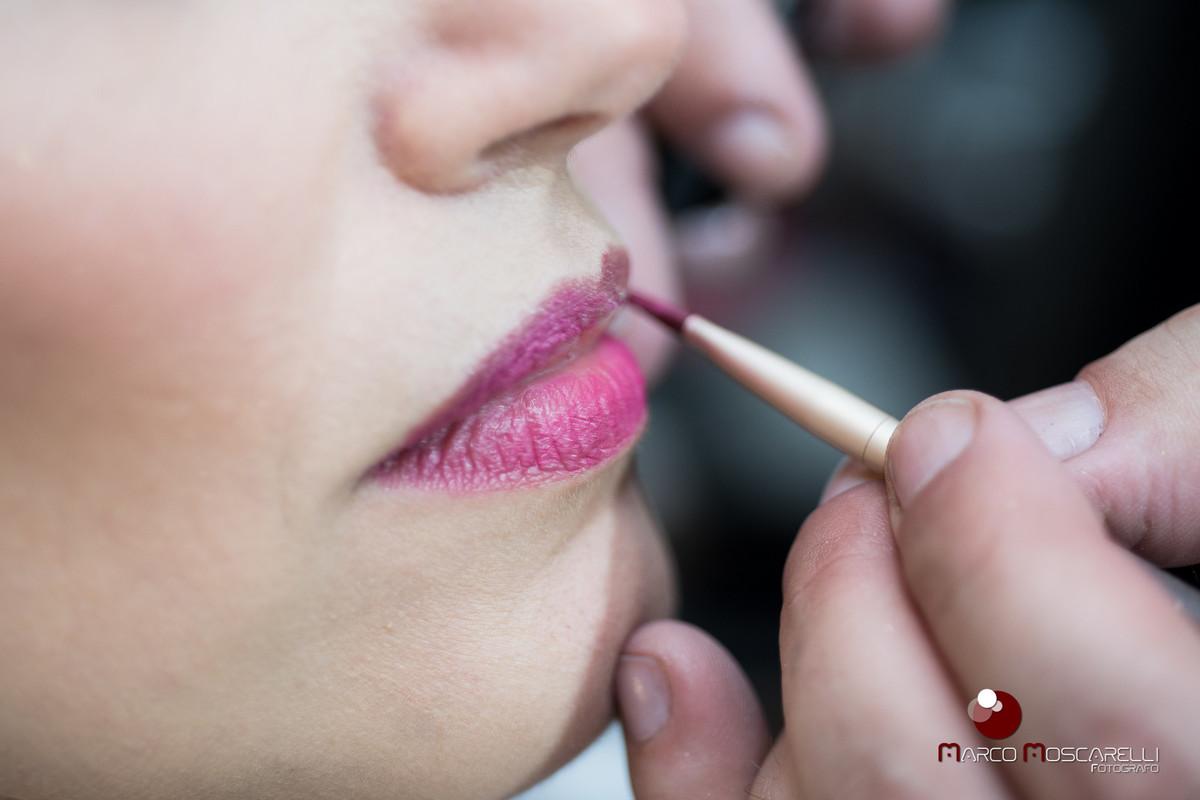 Detalhe do Making of da noiva. Foto do labio da noiva no moemnto da maquiagem. Foto por Marco Moscarelli