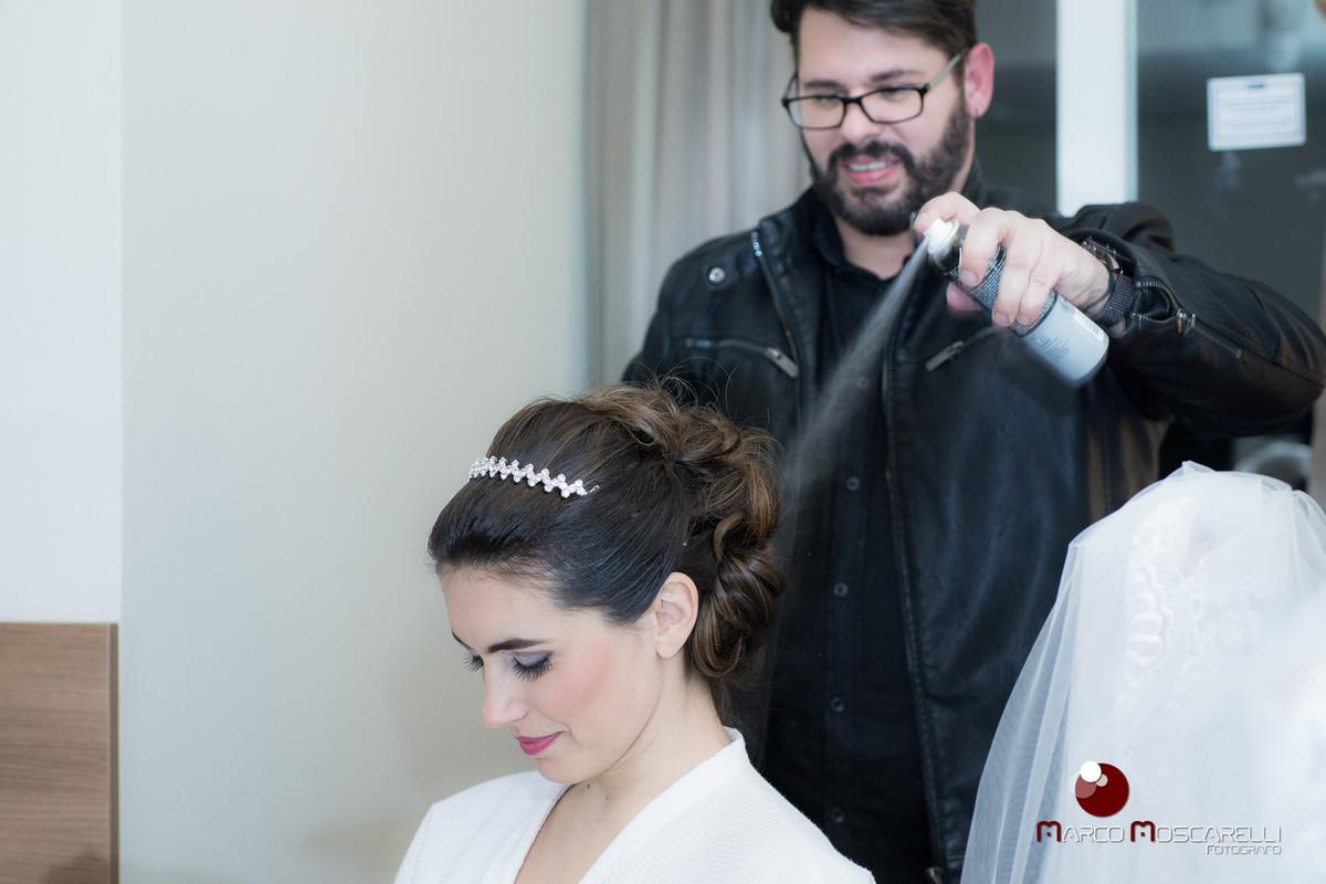 Making of da noiva, maquiador dando ultimo retoque no cabelo momentos antes do casamento. foto por Marco Moscarelli