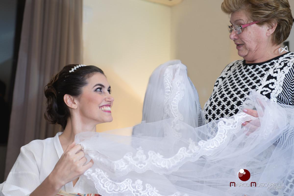 Noiva e mãe emocionadas com o vestido de noiva momentos antes do casamento. Foto por Marco Moscarelli