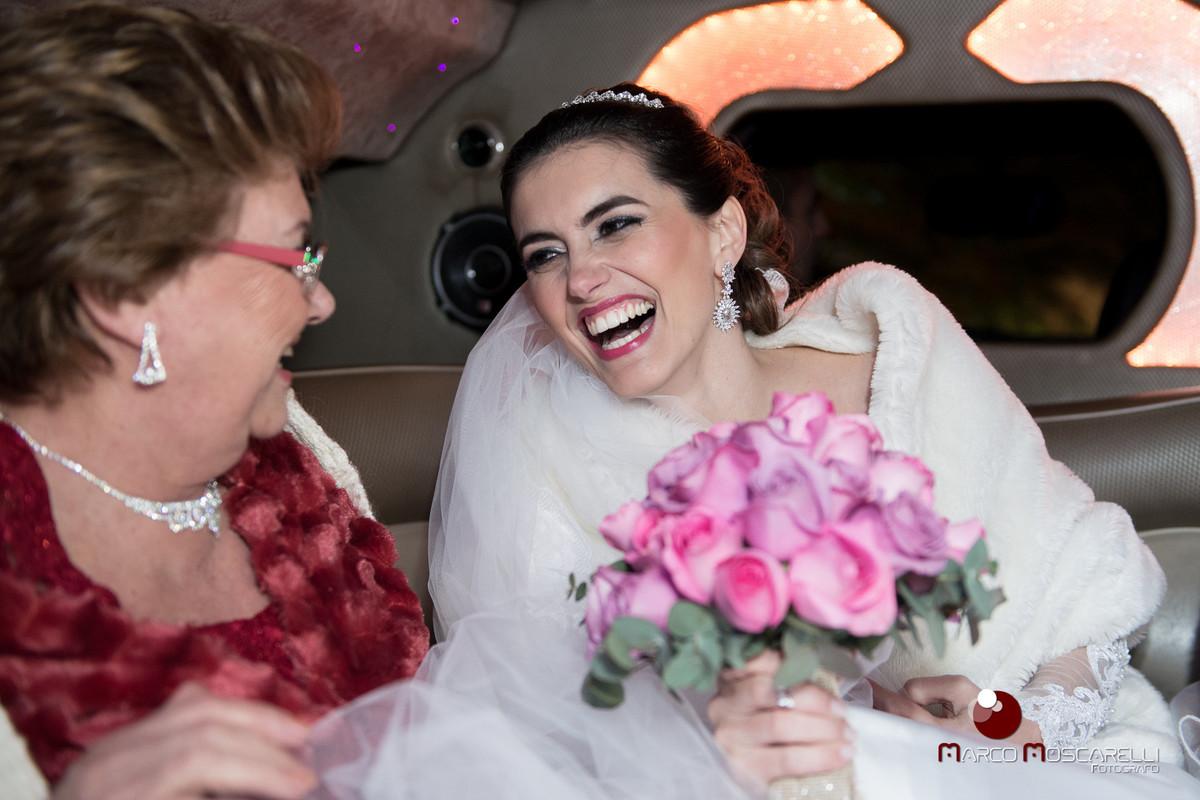 Momento de descontração da noiva com sua mãe a caminho da cerimonia de casamento.