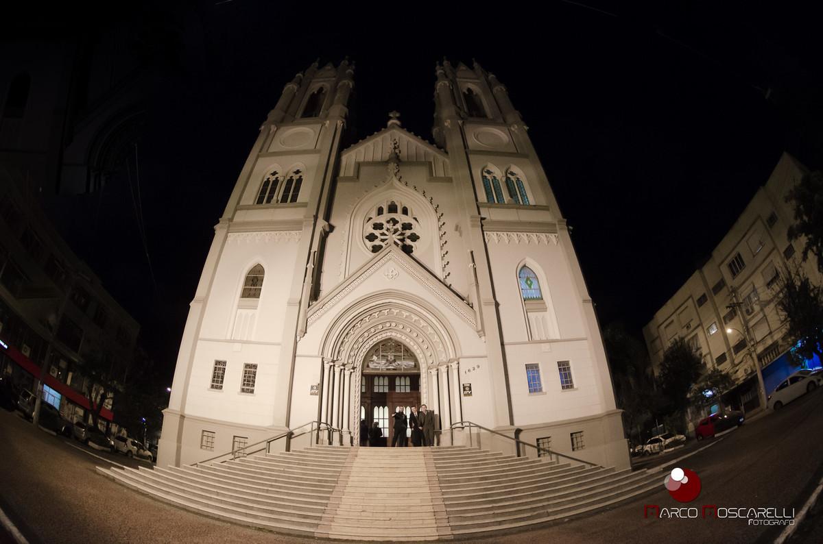 Foto com grande angular da fachada da igreja Paroquia São Pedro em Porto Alegre onde aconteceu o casamento. Foto por Marco Moscarelli