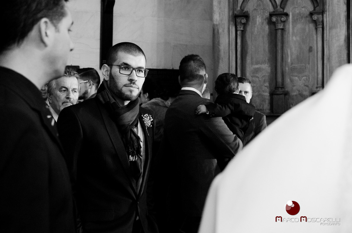 Foto em preto e branco do noivo momentos antes de entrar na igreja. Foto por Marco Moscarelli