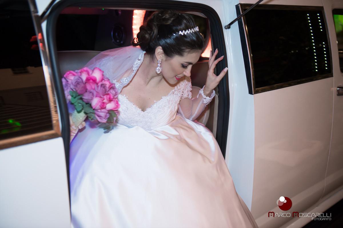 Noiva descendo da limosina na chgada a Paroquia São Pedro para a cerimônia de casamento. Foto por Marco Moscarelli