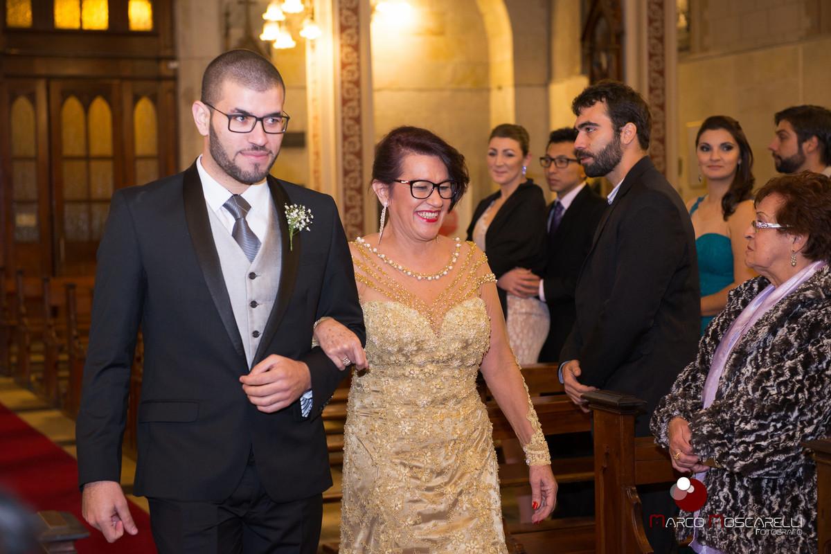 Noivo e sua mãe entrando na igraja para o casamento. Foto por Marco Moscarelli