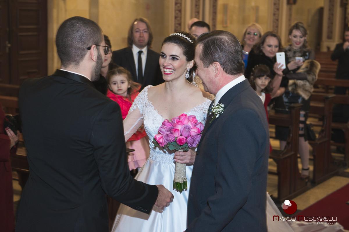 Lindo sorriso da noiva chegando ao encontro do noivo noaltar da Paroquia São Pedro. Foto por Marco Moscarelli