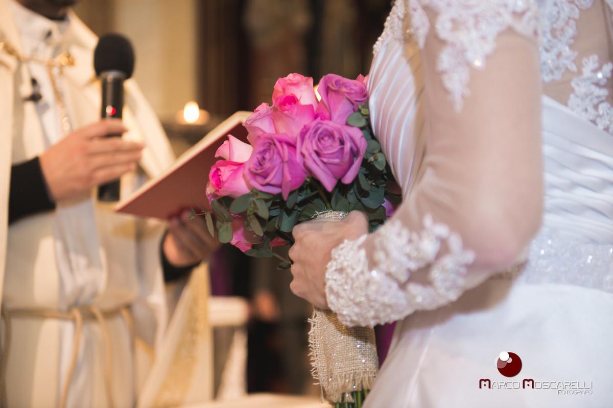 Detalhe do buque da noiva no altar da Paroquia Sa~~ao pedro durante a celebração do casamento. Foto por Marco Moscarelli