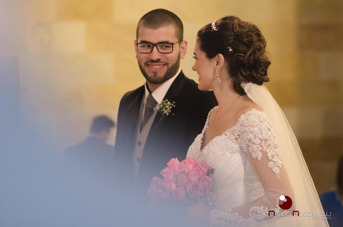 Lindo olhar emociondado do noivo para a noiva no altar durante o casamento. Foto por Marco Moscarelli