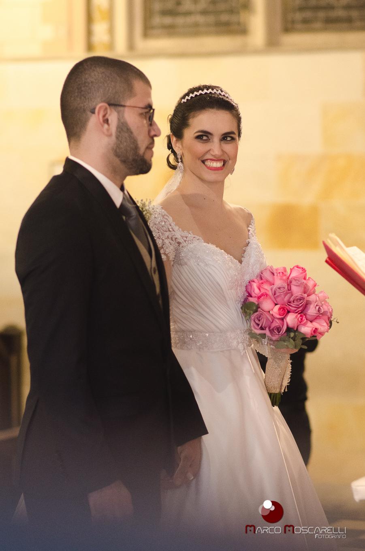 Lindo olhar da noiva para o noivo no altar durante a celebração do casamento. Foto por Marco Moscarelli