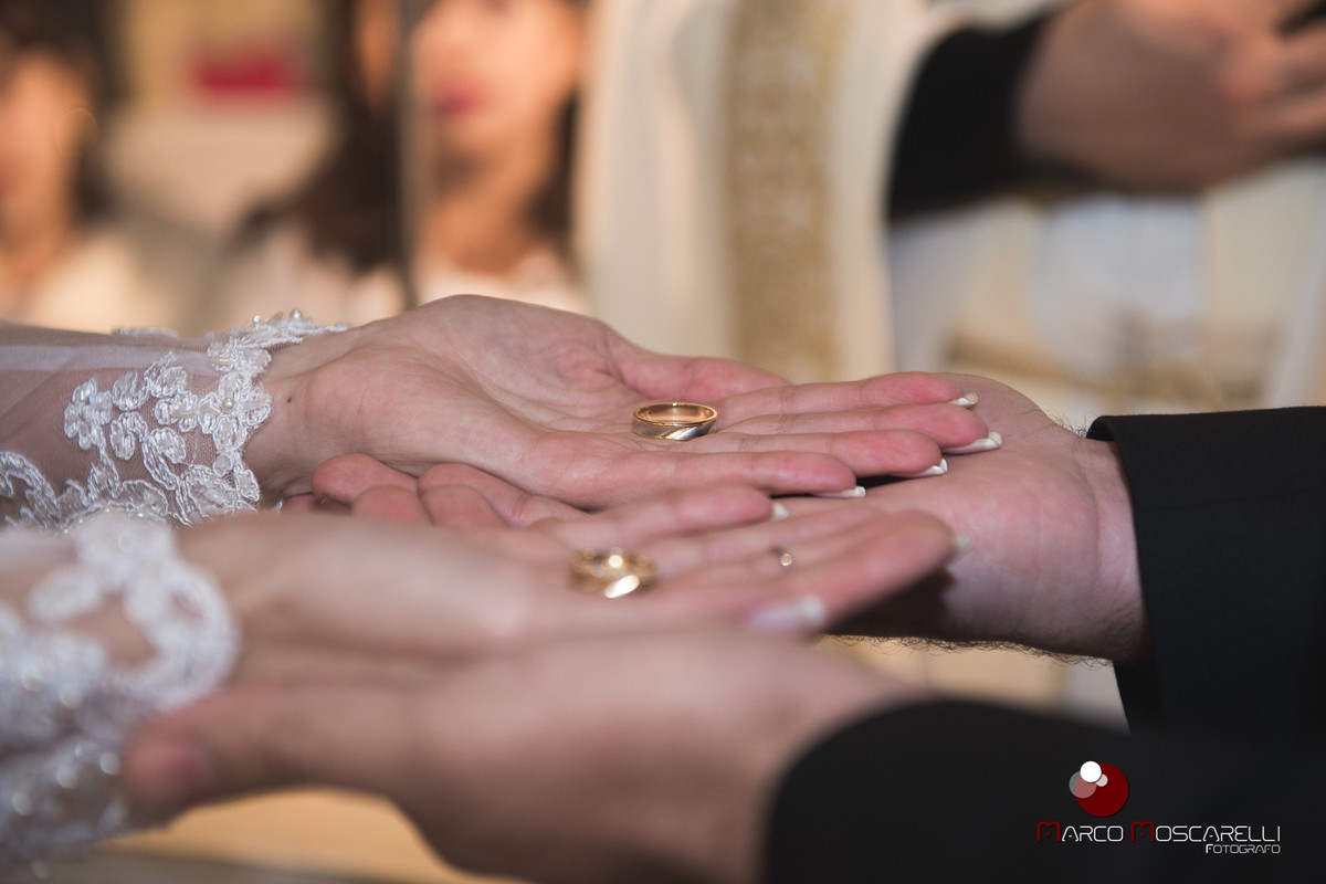 Detalhe das alinaças nas mãos dos noivos durante a celebração dos casamento. Foto por Marco Marco Moscarelli