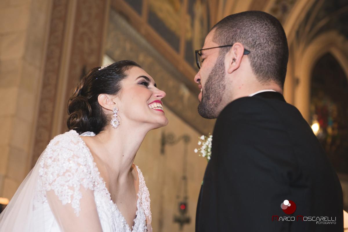 Belo sorriso da noiva durante o casamento.