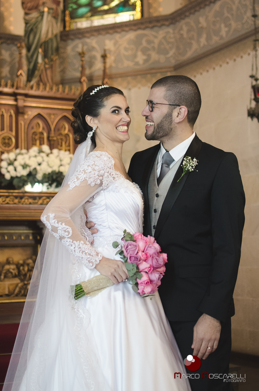 Foto dos noivos no altar após o casamento.