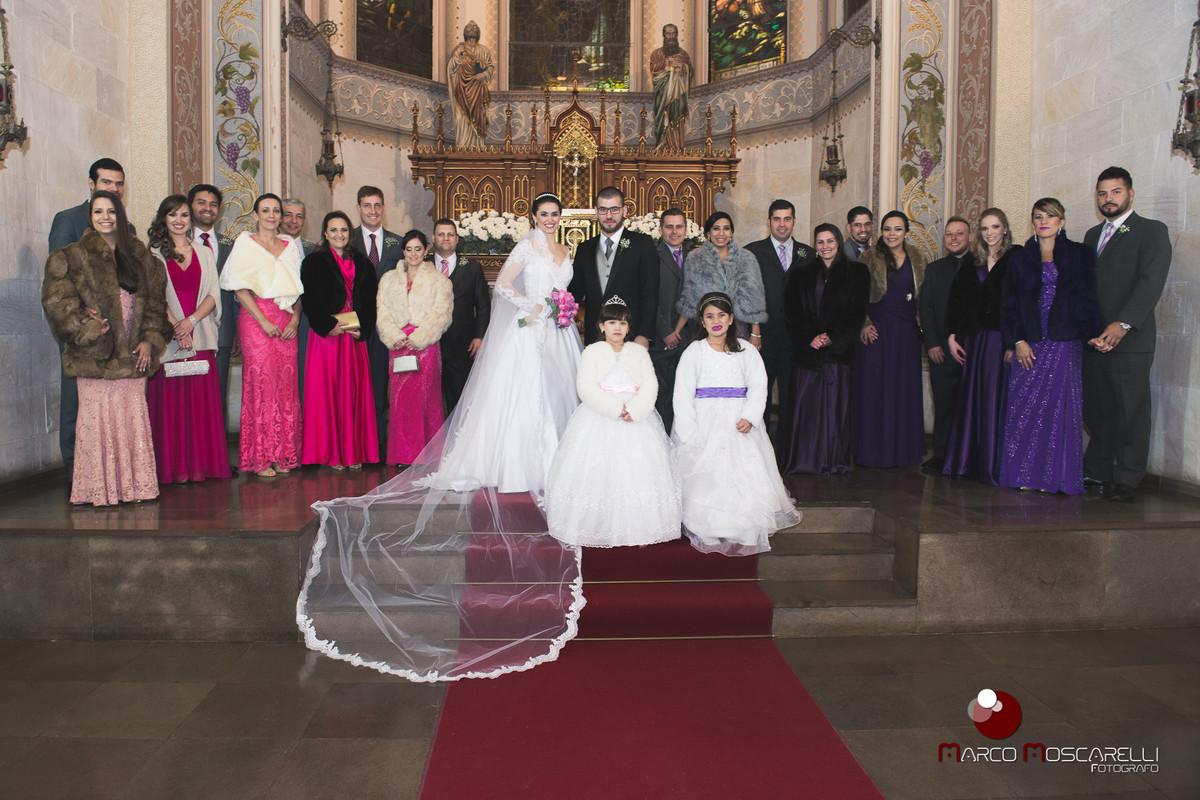 Foto dos noivos com os padrinhos e aias logo após o casamento.