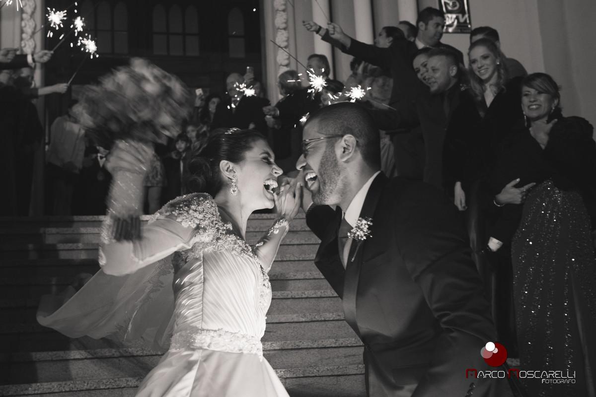 Noivos festejando na porta da igreja