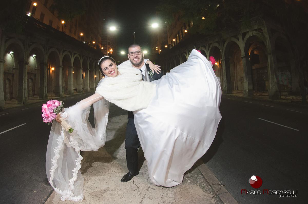 Foto dos noivos na avenida Borges de Medeiros após o casamento e Porto Alegre