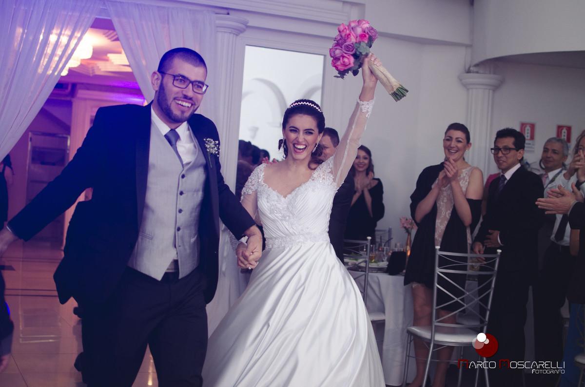 Etrada dos noivos na recepção aoós o casamento.