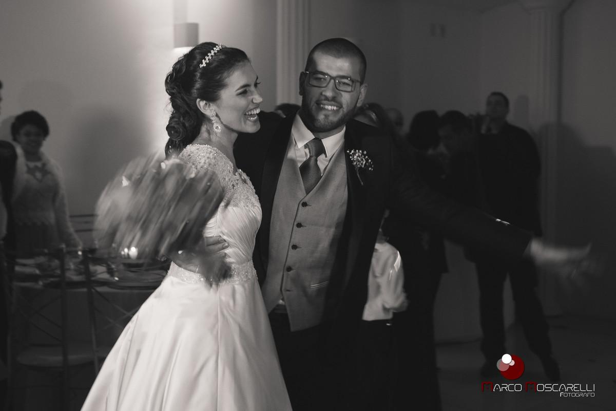 Felicidade dos noivos durante a recepção de casamento