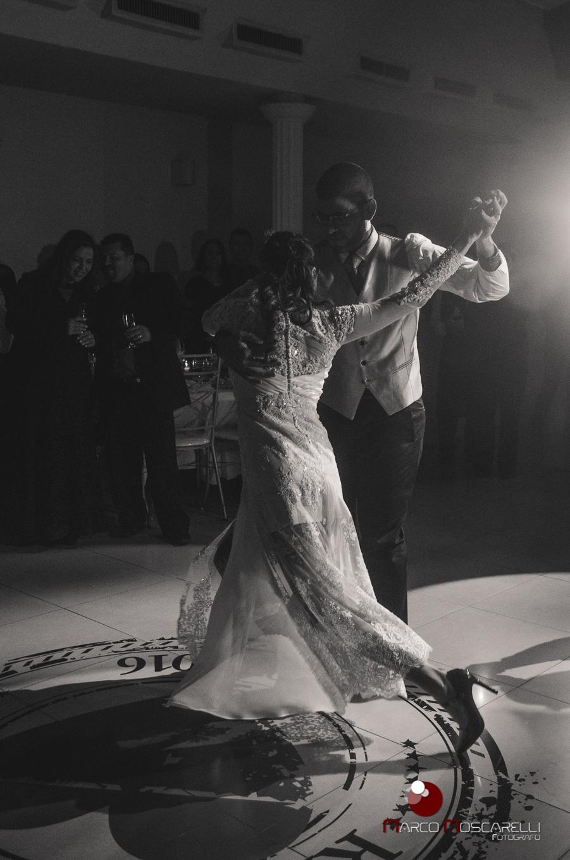 Noivos dançando tango na recepção de casamento