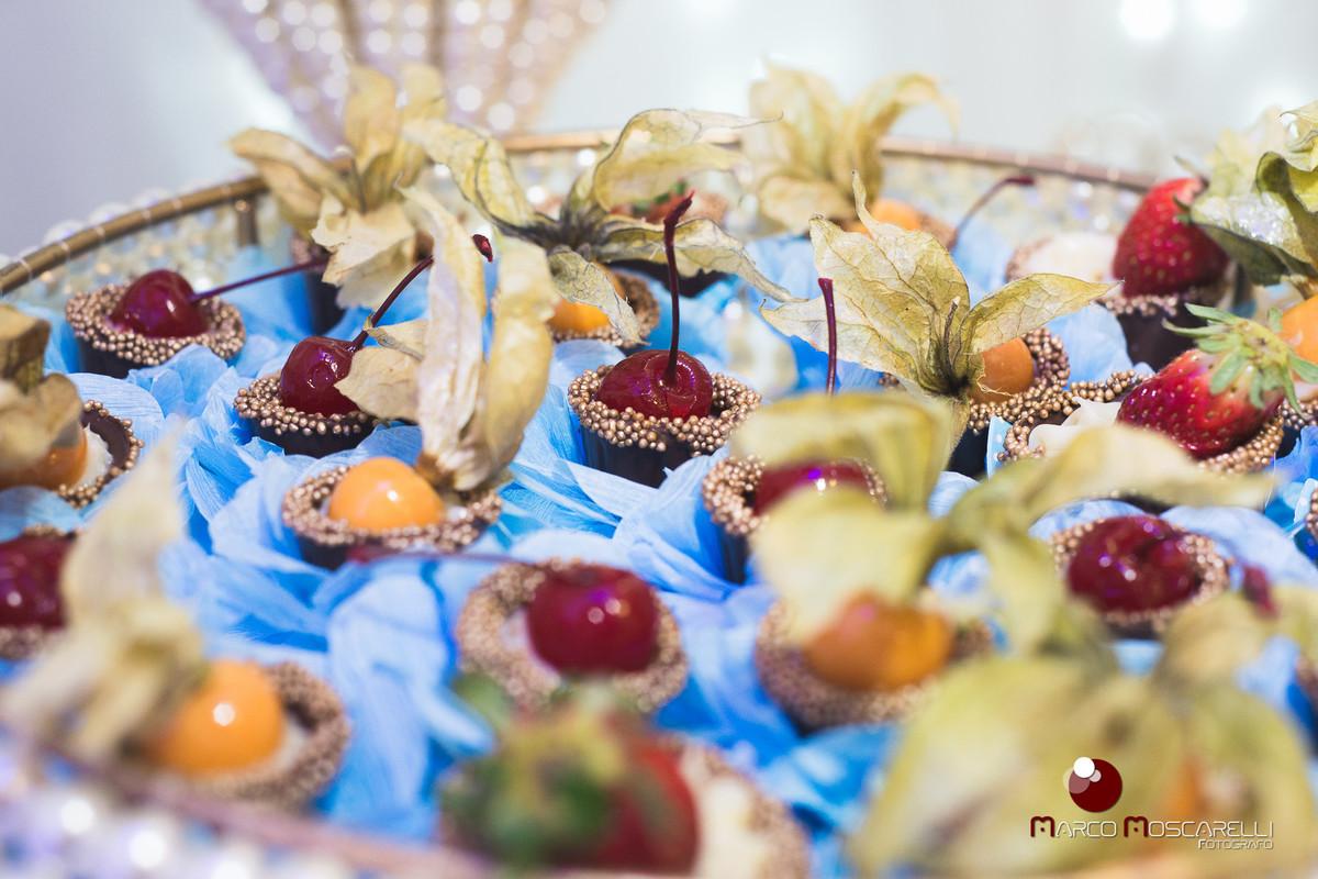 Docinhos decorados que fazem parte da decoração da formanda. Foto por Marco Moscarelli