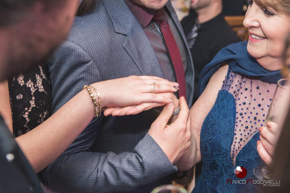 Noiva e formanda mostrando o anel de noivado para a familia. Foto Marco MOscarelli