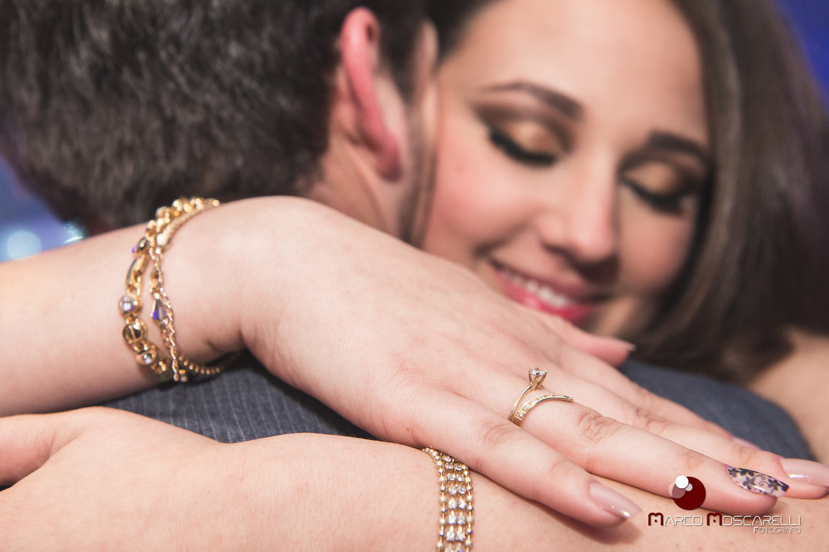 Lindo abraço dos noivos na recepção de formatura. Detalhe do anel de noivado da formanda. Foto Marco Moscarelli