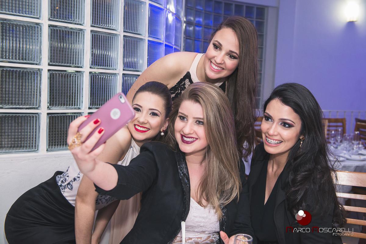 Selfie das amigas da formanda na recepção de formatura. Foto por Marco Moscarelli