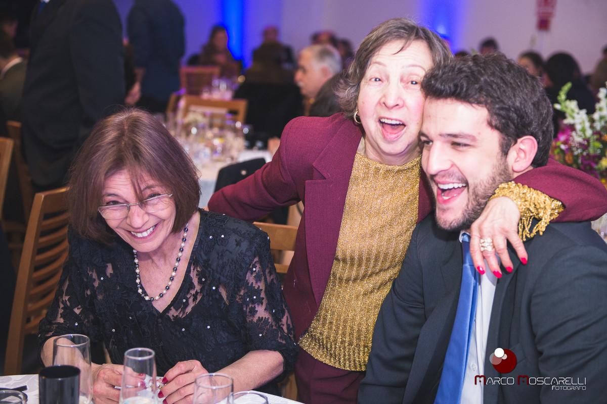 Abraço caloroso da avó da formanda em convidado na recepção de formatura. Foto Marco Moscarelli