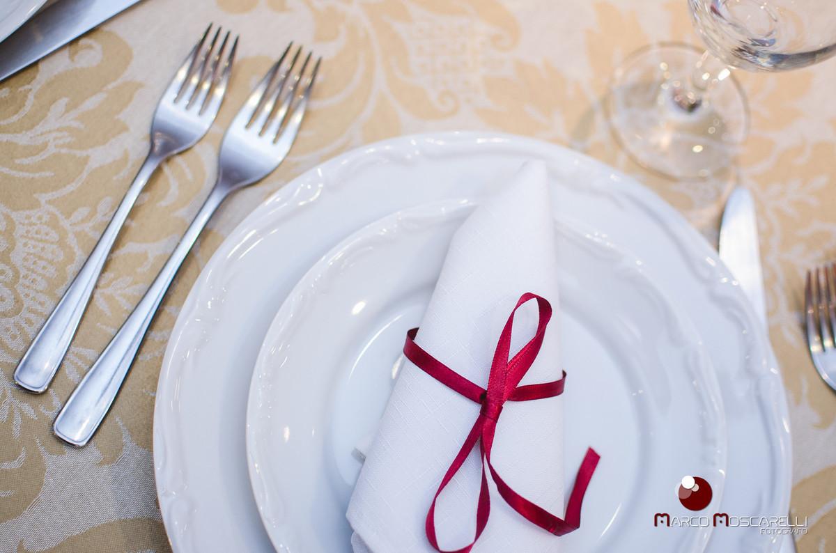 detalhe da decoração das mesas do buffet da formatura de Vanise e Vinicius em direito em branco e vermelho fotografado por Marco Moscarelli
