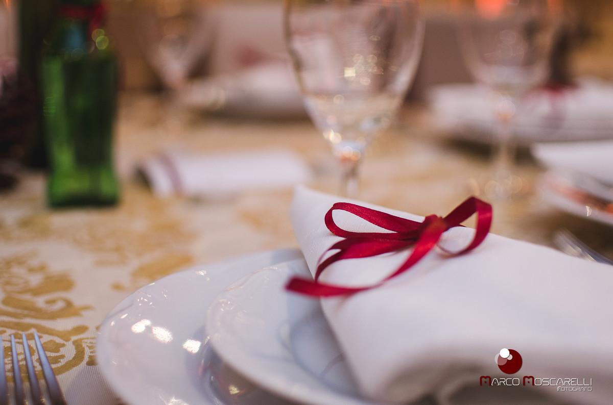 detalhe da decoração das mesas do buffet da formatura de Vanise e Vinicius em direito em branco e vermelho