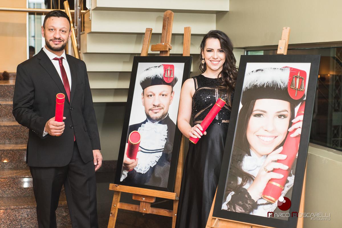 foto dos novos advogados formados em direito em frente aos quadros de formatura presentes na decoração da recepção foto por Marco Moscarelli