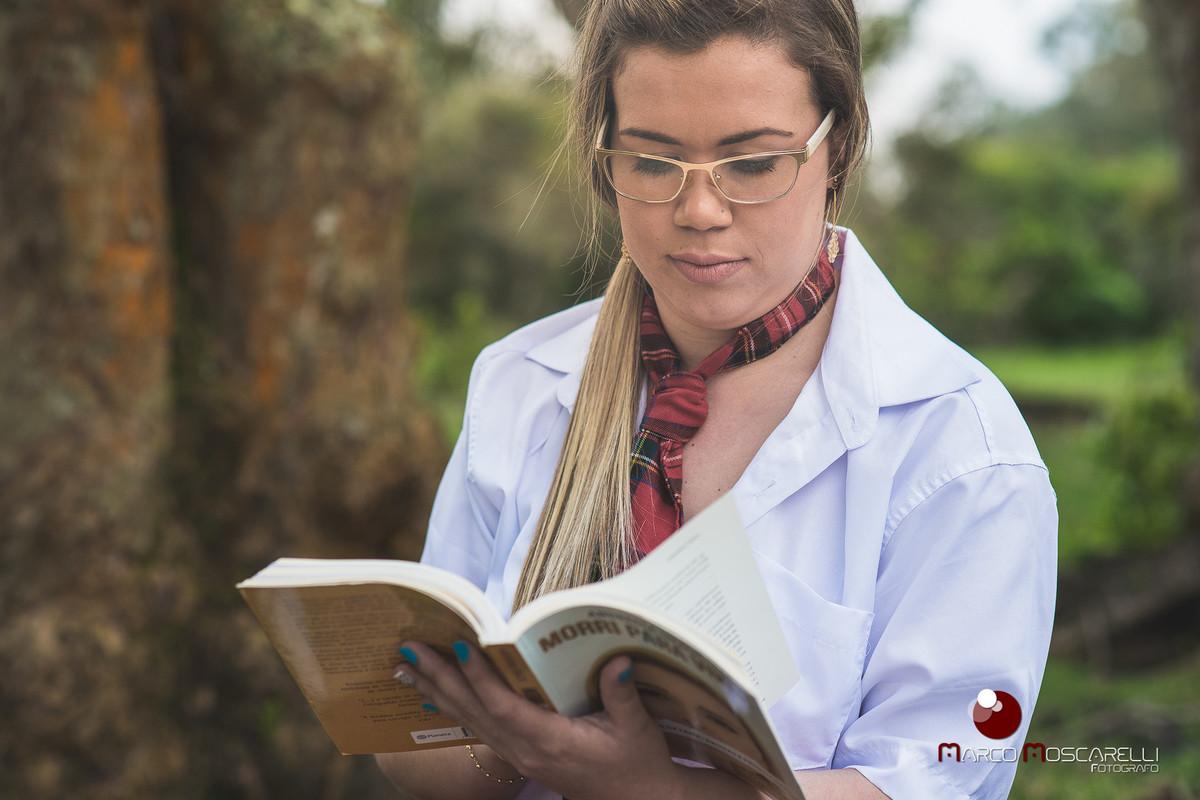 Ensaio da formanda Andressa Bastos na Ilha da Feitoria. Formanda lendo livro. Foto por Marco Moscarelli