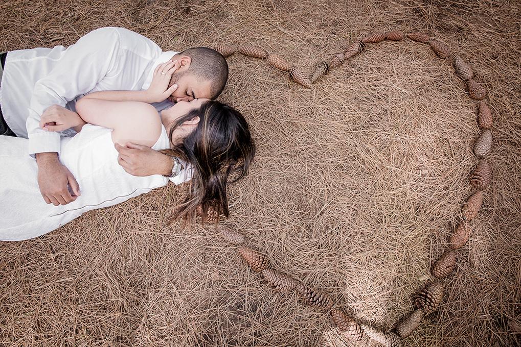 Noivos deitados em um coração durante pré wedding antes casamento. Foto Marco Moscarelli