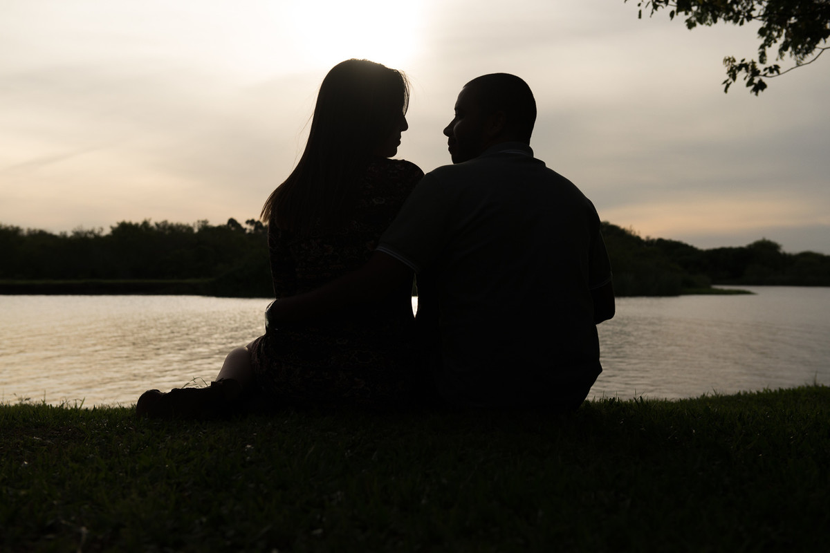 Casal por-do-sol contra luz pre wedding. Foto Marco Moscarelli