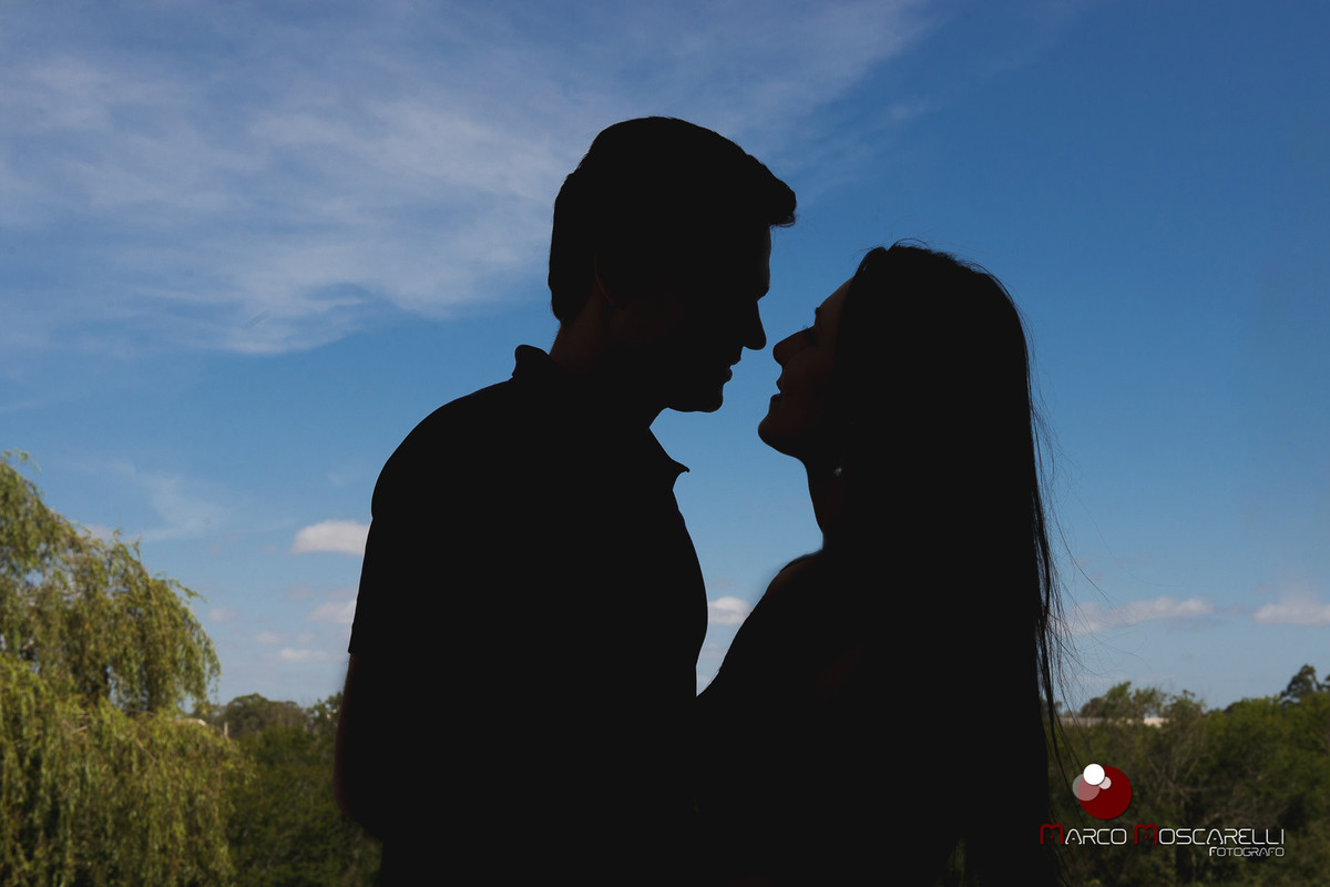 Foto contra luz do casal de noivos. Foto Marco Moscarelli