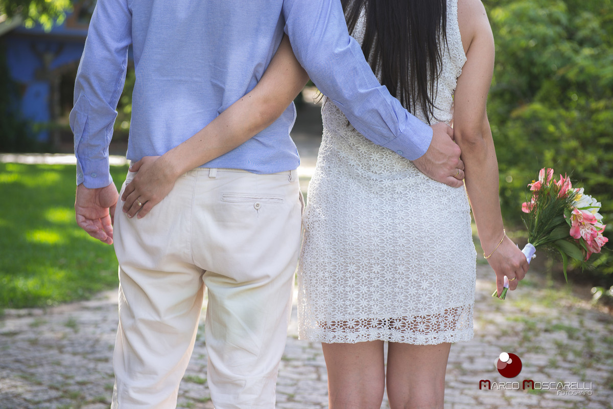Abraço do casal durante ensaio pré wedding. Foto Marco Moscarelli