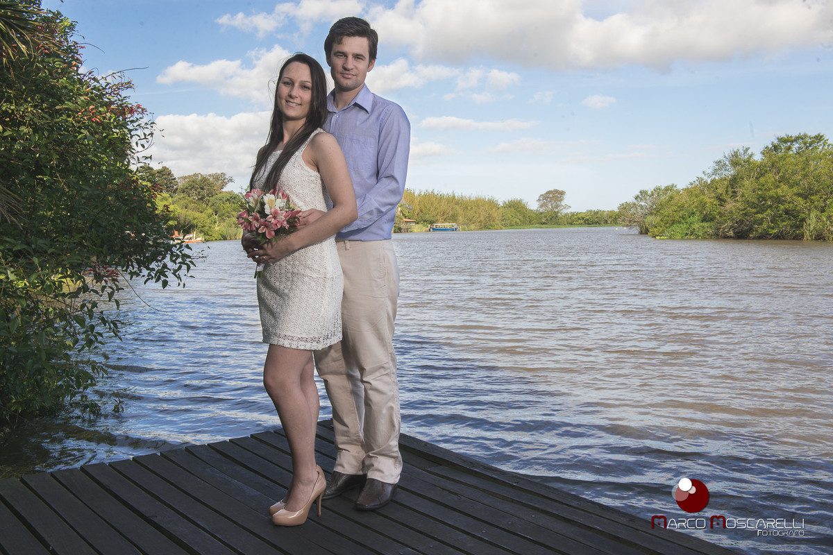 Noivos em foto durente ensaio pré wedding com arroio pelotas ao fundo. Foto Marco Moscarelli