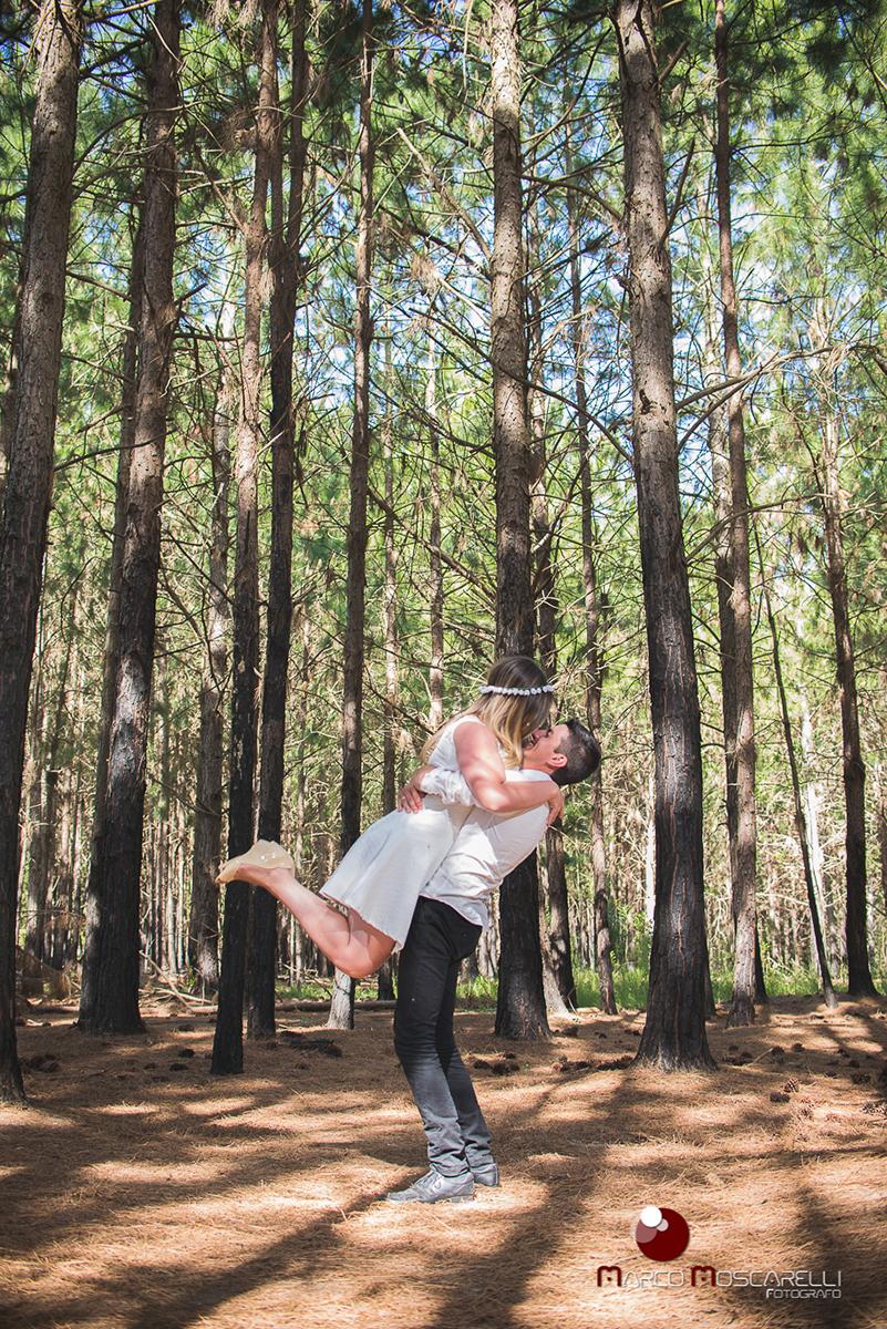 Ensaio pré-wedding, noivo segura noiva no colo como no dia do casamento. Foto em las acacias Pelotas em um lindo bosque de acacias.