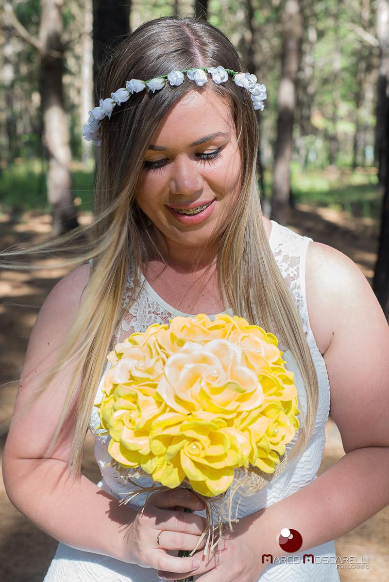 Detalhe da noiva olhando emocionada o seu buque de casamento durante ensaio pré weding. Foto por Marco Moscarelli