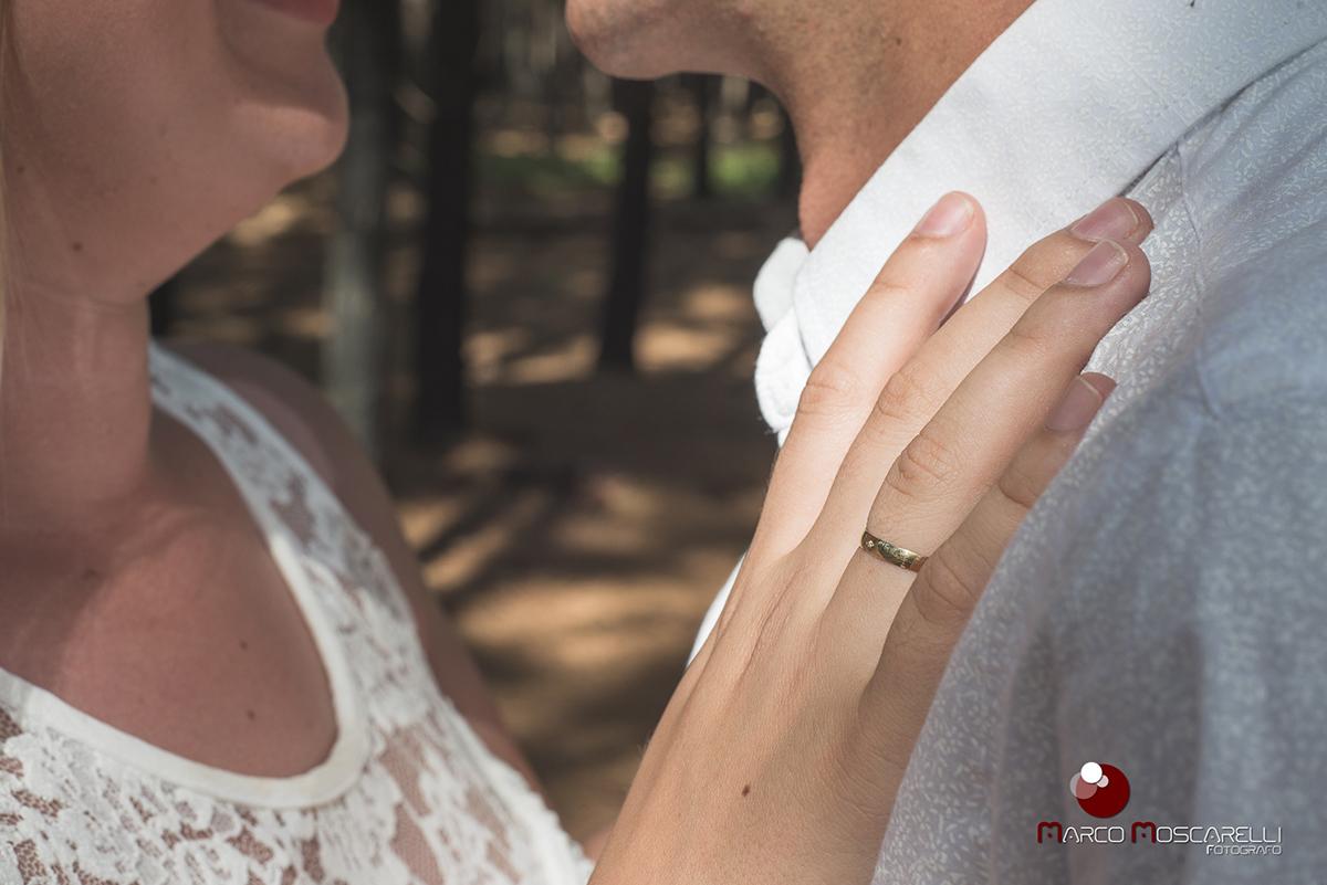 Detalhe da mão da noiva com a aliança de noivado no peito do noivo durante ensaio pré-wedding. Foto por Marco Moscarelli