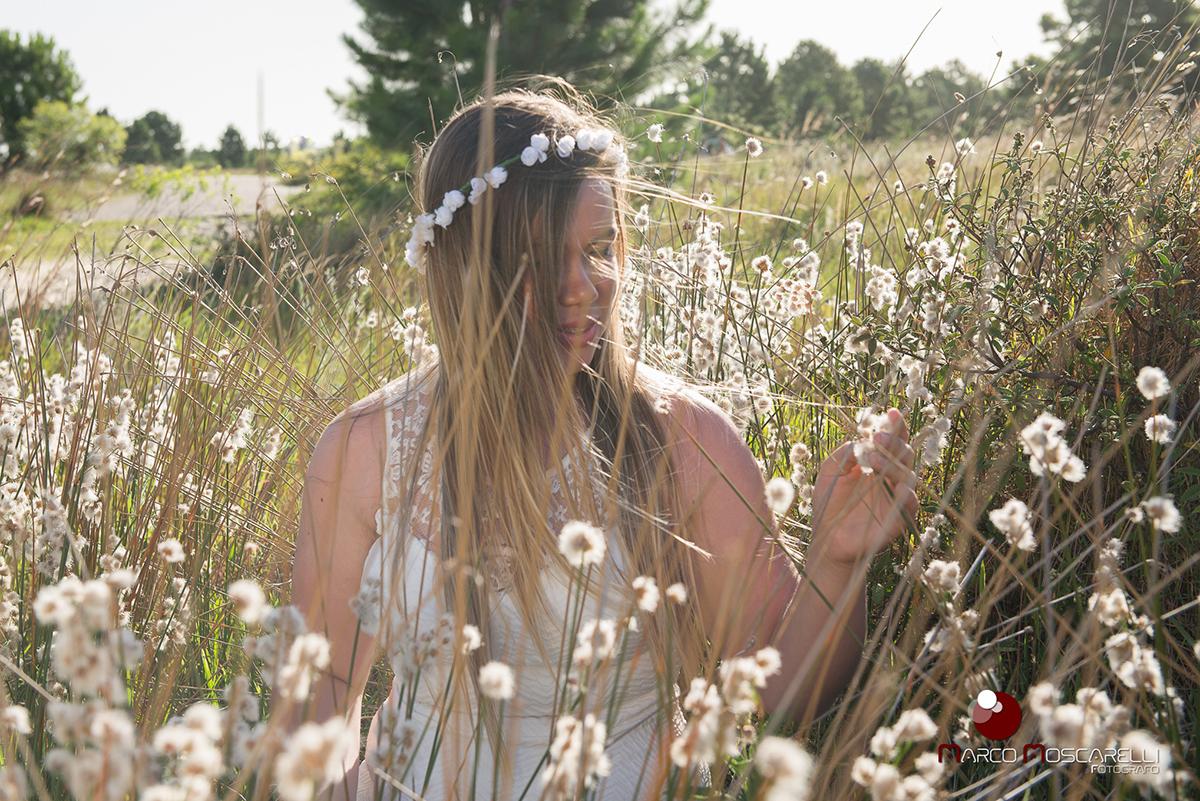 Detalhe da noiva em um lindo campo florido, durante ensaio pré-wedding. Foto por Marco Moscarelli.